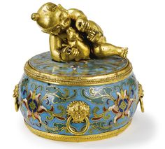 A FINE CHINESE CLOISONNE ENAMEL SMALL BOX AND COVER QING DYNASTY, QIANLONG PERIOD (1736-1795)