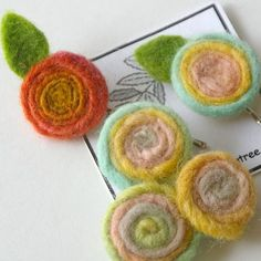 MAKE Wool Spiral Flowers (Craft Tutorial) is part of Autumn crafts Felted Wool - or single ply, but they would work well with plied wool yarn as well Attach a bobby pin or hair elastic for a one of a kind hair decoration Or add Wet Felting, Needle Felting, Scrapbooking Mini Album, Felt Crafts, Diy Crafts, Felted Wool Crafts, Yarn Flowers, Zipper Flowers, Felt Brooch
