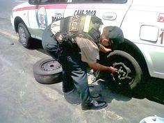 Llantas en malas condiciones en coche patrullero