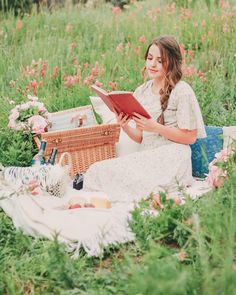 pretty picnic in the mountains Picnic Photography, Book Photography, Couple Photography, Girl Reading Book, Forest Girl, Cute Poses, Romantic Outfit, Aesthetic Photo, Little Books