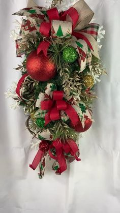 Gingerbread Christmas Decor, Christmas Swags, Christmas Diy, Christmas Wreaths To Make, Rose Gold Christmas Decorations, Christmas Tree Themes, Theme Noel, Creations, Pinecone Decor