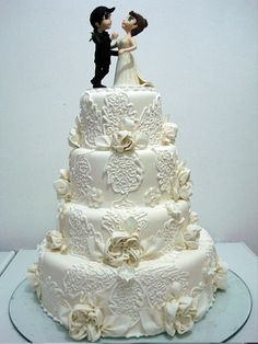 bolo de casamento com flores e renda