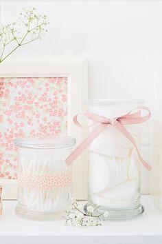 Wie für Wattepads und Ohrenstäbchen gemacht! Schmeißt die leeren JuwelKerze Gläser nicht weg - verwendet sie stattdessen lieber als Gefäß für Hygieneartikel im Badezimmer. Es ist auch wirklich eine schöne Deko, wenn Ihr ein Schleifchen oder bedrucktes Klebeband verwendet.  #juwelkerze #DIY #bathroom #upcycling Pots, Decorative Boxes, Diy Bathroom, Diy Crafts, Glass, Bricolage, Candle Decorations, Homemade, Repurpose