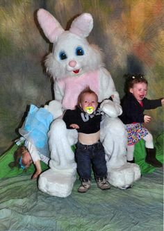 Easter for many families is a time of celebration. It is a time for putting on a happy Easter outfit and taking adorable pictures with the Easter Bunny. Well, photos with the Easter Bunny do not always turn out picture perfect. Photoshop Fails, Funny Photos, Cute Pictures, Creepy Pictures, Images Photos, Funny Shit, Hilarious, Funny Stuff, Funny Things