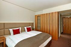 Blick in eines der Hotelzimmer / View into one of the hotel rooms |H4 Hotel München Messe