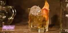 OLD FASHIONED Nieśmiertelny klasyk: american bourbon whiskey - 60ml, syrop cukrowy - 10ml, angostura bitter - 2dash  Przepisy na drinki znajdziesz na: http://mojbar.pl/przepisy.htm