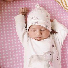 """""""Mejor te vas yendo a trabajar que hoy me quedo un rato más en la cama...zzZZzz""""  #bebenube #bebé #mamá #canastilla #bebeabordo #comomola #baby #maternidad #babyboy #babygirl #instamami"""