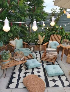 Cozy nature-filled outdoor patio area with string lights - Modern Design Green Plants, Potted Plants, Balcony Plants, Patio Design, Backyard Patio, Cozy Patio, Room Colors, Home Decor Accessories, Cheap Home Decor