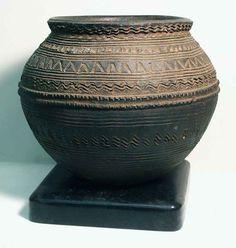 This unique pottery videos is certainly a magnificent style procedure. Ceramic Pots, Ceramic Tableware, Porcelain Ceramics, Ceramic Pottery, Pottery Art, Painted Porcelain, Fine Porcelain, Clay Pots, African Masks