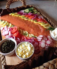 New easter brunch buffet ideas smoked salmon ideas Seafood Buffet, Seafood Platter, Seafood Dishes, Fish Platter, Smoked Salmon Platter, Smoked Salmon Appetizer, Bagel Bar, Brunch Appetizers, Brunch Recipes