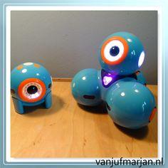 Al een tijdje hebben wij op school de ontzettend leuke robots Dash & Dot. We hebben deze op school mogen aanschaffen vanuit een subsidiepotje, erg leuk.  Dash & Dot zijn twee blauwgekleurde robots, die als je ze opgeladen hebt en aanzet al gelijk in beweging komen en leuke geluiden maken. Een hoog aaibaarheidsfactor kun je wel zeggen. Regelmatig had ik Dash in de klas. Dot zag ik niet zoveel.   #apssvoordash&dot #Dash&Dot #programmeerlessenvoorDash&Dot #programmerenindeba