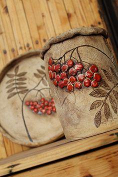 Vařečkovník s jeřabinami I. Hand Built Pottery, Slab Pottery, Pottery Mugs, Pottery Bowls, Ceramic Pottery, Slab Ceramics, Cerámica Ideas, Sculptures Céramiques, Keramik Vase