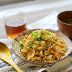 「豚キムチ炊き込みご飯」のレシピと作り方を動画でご紹介します。豚キムチを炊き込みご飯にしました。ご飯に豚キムチの旨みが染み込んで、これひとつで満足できること間違いなし!お好みでチーズや温泉卵をのせてアレンジして食べるのも楽しいですよ♪ Fried Rice, Risotto, Fries, Cooking Recipes, Ethnic Recipes, Food, Chef Recipes, Essen, Nasi Goreng