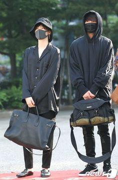 Jungkook bts and Suga Bts Boys, Bts Bangtan Boy, Jimin, Bts Taehyung, Bts Airport, Airport Style, Airport Fashion, Look Fashion, Korean Fashion