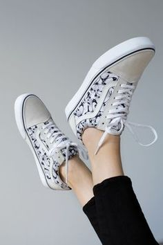 Revamp your Classics with new prints and colors of the Old Skool. Hot Shoes, Vans Shoes, Shoes Sneakers, Vans Girls, Girls Sneakers, Surf Girls, Wedge Boots, Shoe Boots, Girls Football Boots