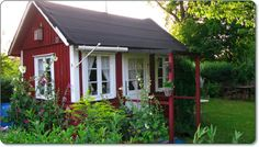 Liten kolonistuga med stockrosor Swedish Cottage, Cottage Style, Swedish Style, Scandinavian Style, Outdoor Buildings, Outdoor Structures, She Sheds, Cozy Cabin, Cozy Place