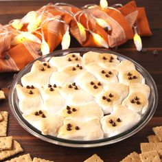 S'mores Dip Ghost S'mores are the most genius thing you can do with peeps.Ghost S'mores are the most genius thing you can do with peeps. Halloween Pizza, Halloween Baking, Halloween Dinner, Halloween Food For Party, Halloween Costumes, Halloween 2020, Halloween Finger Foods, Creepy Halloween Food, Halloween Party Appetizers