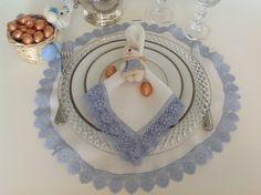 jogo americano redondo de cambraia branca e renda azul, 44cm/ guardanapo de cambraia branca e renda azul 50cm/ porta guardanapo coelhinha az...