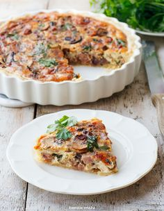 Quiche with country sausage, caramelized onions, mushrooms and cheese Gruyère Mushroom Quiche, Egg Dish, Spinach Stuffed Mushrooms, Caramelized Onions, Salmon Burgers, Breakfast Recipes, Sausage, Food Porn, Food And Drink