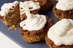 Diese Kürbis Muffins sind herlich würzig und schmecken auch ohne das Topping sehr lecker. Kürbis ist ein einfach ein tolles Herbstgemüse.