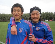 [ 2011キャンプレポート ] 2月11日F東京レポート 米本拓司選手(左)と石川直宏選手(右)の練習後の楽しそうな様子です。 一緒に写真撮影をお願いすると、石川選手ががっちり米本選手と肩をくんで笑顔。米本選手もナオさんとのツーショットに、かなり嬉しそう。  昨シーズンは怪我で苦しんだ米本選手ですが、「今シーズンは、ライバルもたくさんいる中、まずは試合に出られるようにがんばって、いいシーズンにしたいです」と話してくださいました。今後のF東京を担う存在である米本選手の活躍に期待!です。  そして、今シーズン、F東京での10年目を迎える石川選手は、本当に充実した表情でトレーニングを行っていました。「もう表情に出るくらいだと思いますよ。今シーズンは特に、より得点に絡むプレーを意識していきたいです」と語ってくださいました。たくさんの喜びをサポーターと分かち合える一年にしたいですね!