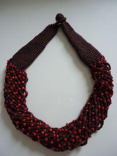 Colar crochê marrom com miçangas vermelhas