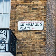 """No mundo de Harry Potter Grimmauld Place é uma área residencial em que está localizada a casa da família Black. Em """"A Ordem da Fênix"""" ela é apresentada como a sede da Ordem da Fênix cedida por Sirius Black o padrinho de Harry. Nos livros e nos filmes o número 12 é escondido por magia impedindo que seja vista por trouxas (os """"não-bruxos""""). No Universal Studios ela está totalmente visível e dá até para ver o Monstro (Kreacher) aparecer na janela de tempos em tempos.  #orlando #universal…"""