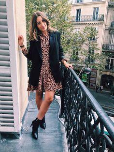 Le léopard,  c'est la tendance du moment. Associez la robe léopard à un blazer noir pour un look de bureau ! Parisian Girl, Reunion, Moment, Duster Coat, Women's Fashion, Blazer, Jackets, Style, Down Vest