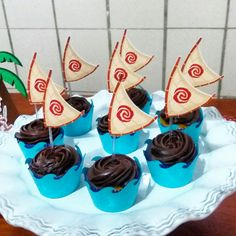 Wrapper para mini cupcake com topper vela do barco tema Moana Cupcakes Moana, Moana Cupcake, Mini Cupcakes, Themed Cupcakes, Moana Party, Moana Themed Party, Moana Theme Birthday, Luau Birthday, Birthday Party Themes