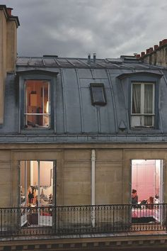 """""""Quai Anatole France, Paris-7ème"""". On festoie entre amies ; l'une des protagonistes vient de finaliser un divorce dans la joie."""