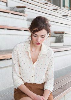 Schlichte helle Blusen findest du bei uns in der #EuropaPassage. #EuropaPassageHamburg #Outfit #fashion #Mode #streetstyle