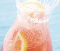 Ett superenkelt recept på en fruktig seabreeze-bål att servera till fest. Du gör bålen av tranbärsjuice, grapefruktjuice, grapefrukt, vodka och mynta. Frisk och svalkande!