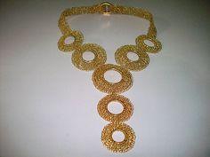 Colar com argolas feito com fio de prata banhado a ouro (R$ 620)