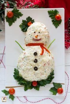 ANTIPASTO PUPAZZO DI NEVE un contorno o un centrotavola perfetto per le Feste Natalizie. Un piatto facile, per portare allegria sulla tavola di Natale e Capodanno. E' un omino con una base di insalata russa, preparata in casa e poi decorato con alimenti semplici che troviamo in dispensa o nel nostro frigorifero. Un'insolito modo per servire l'insalata russa e decorarla a tema. Potete rendere il vostro omino light, utilizzando una maionese senza uova. Inoltre si possono cuocere le patate, i… Christmas Dinner Menu, Christmas Dishes, Christmas Cookies, Christmas Time, Christmas Tree Ornaments, Homemade Christmas Cards, Simple Christmas, Holiday Appetizers, Holiday Recipes