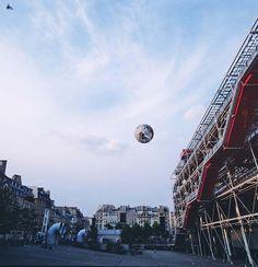 Neil Dawson - Globe - Exposición Magiciens de la Terre - Centro Pompidou