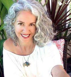 cheveux gris frisés