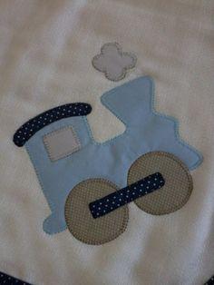 Confeccionada em tecido fralda com 04 camadas para melhor absorção. Patch apliquée e viés em tecido 100% algodão.  *As cores para o viés e o tema para o aplique podem ser escolhidos. Consulte disponibilidade.  **Ideal para secar bebês recém-nascidos. Hand Embroidery Patterns Free, Applique Patterns, Applique Quilts, Baby Patterns, Embroidery Applique, Christmas Crafts To Sell, Baby Applique, Baby Sheets, Baby Sewing Projects