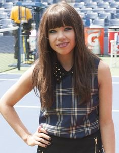 Carly Rae Jepsen knows how to shine on the red carpet! #celebrity