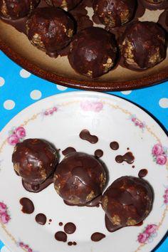 Recept na nepečené vegánske čokoládové guľky, ktoré aj napriek netradičným ingredienciám zaujmú chuťové poháriky nejedného sladkožrúta.