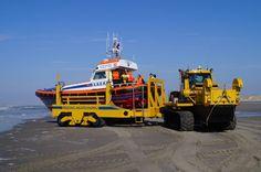 """Lancering """"Frans Hogewind"""" richting Noordzee bij Paal 8, Terschelling, door: Kees Verheij"""