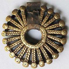 Africa 'Sun' pendant from the Dogon people of Mali, bronze ca. Ethnic Jewelry, Unusual Jewelry, African Jewelry, Jewelry Art, Antique Jewelry, Ancient Alphabets, Art Premier, Precious Metal Clay, Bronze Pendant