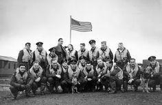 """70 anos do fim da Segunda Guerra Mundial Legenda: O segundo dos três esquadrões da """"America Eagle"""" formado na Grã-Bretanha para atender a RAF (Força Aérea Real) (Central Press/Getty Images)"""
