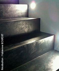Trapbekleding van leer en rvs trapleuningen van upstairs for Enduit interieur beton cellulaire