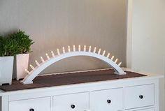 En stilfull vit julstake med 20 ljus. Vacker att placera på en bänk eller i ett fönster och ger ett vackert ljus. Ljuskälla ingår.