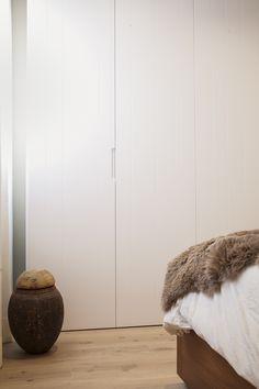 Un detalle del dormitorio. El armario en tonos naturales no destaca en el dormitorio y aprovecha al máximo el espacio.