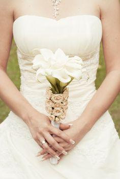 Vintage-Chic: Brautstrauß aus weißen Callas, verziert mit Rosen in Rosé
