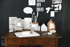Ein Schreibtisch voller kleiner Botschaften, die von Gedanken und Taten, von Ordnung und Chaos erzählen.