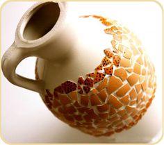 Jarrón mosaico reciclando botella de plástico y cáscaras de huevo. Si te gustan las manualidades, el reciclado y la decoración, no puedes perderte este artículo. Se trata de una manualidad creativa muy fácil de hacer. http://bricoblog.eu/jarron-mosaico-reciclando-botella-pet-y-cascaras-de-huevo #Manualidades #Reciclado #Decoración #Diy