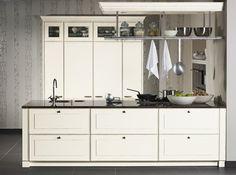 Diese kleine, schnörkellose Landhausküche mit weißen Fronten wurde von zeyko gefertigt.