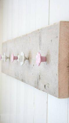 Stoere kapstok van sloophout met 5 knoppen!! Leuk boven de commode, in de hal of woonkamer!! Stel je eigen kapstok samen!